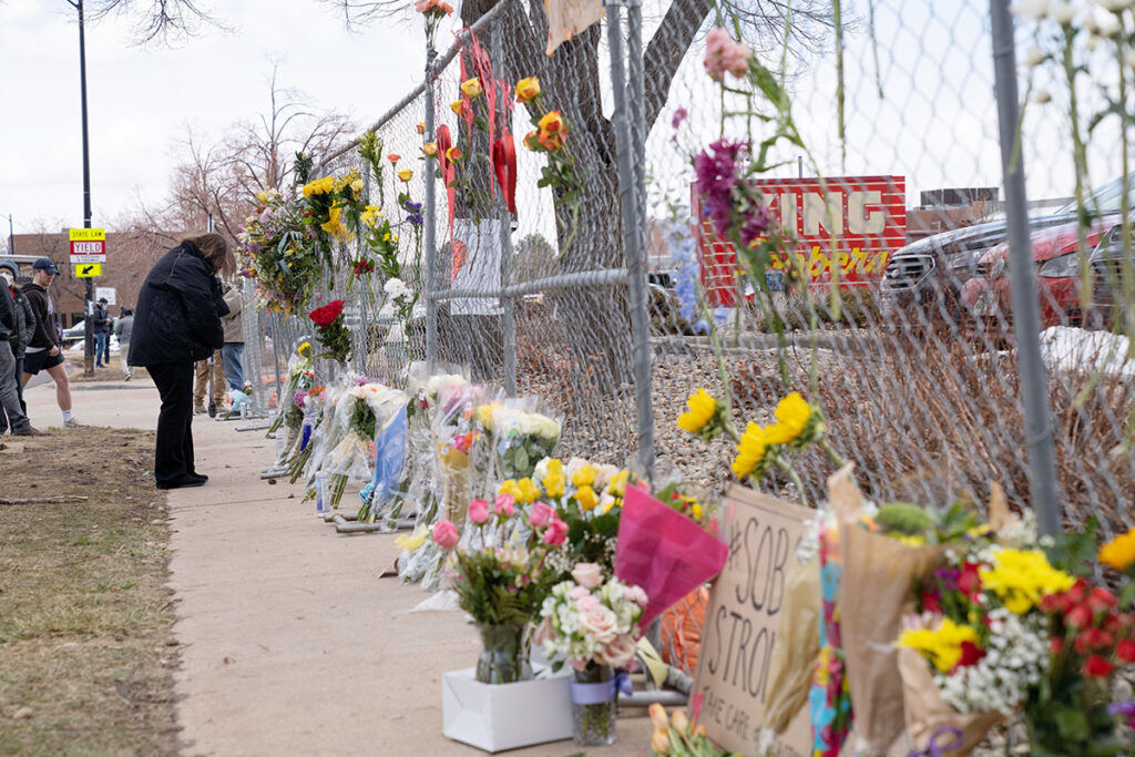 Grieving over Boulder Victims Pesar por víctimas de Boulder