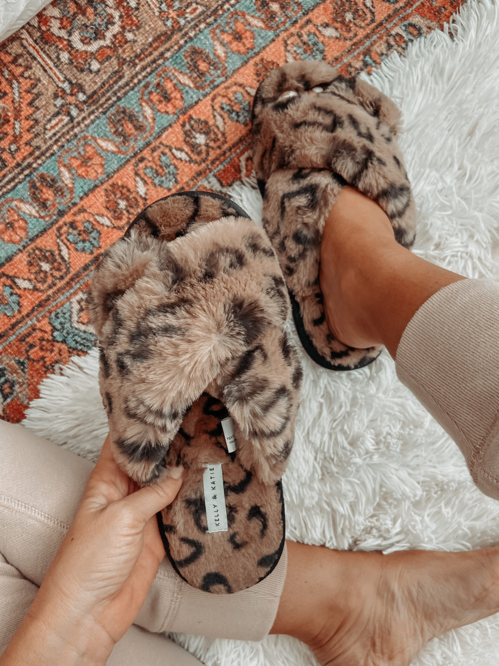 COZY SLIPPERS FOR ALL THE AT HOME HOLIDAY FESTIVITIES: Jaclyn De LEon Style- rounding up my favorite cozy slippers from affordable amazon finds to must have splurges