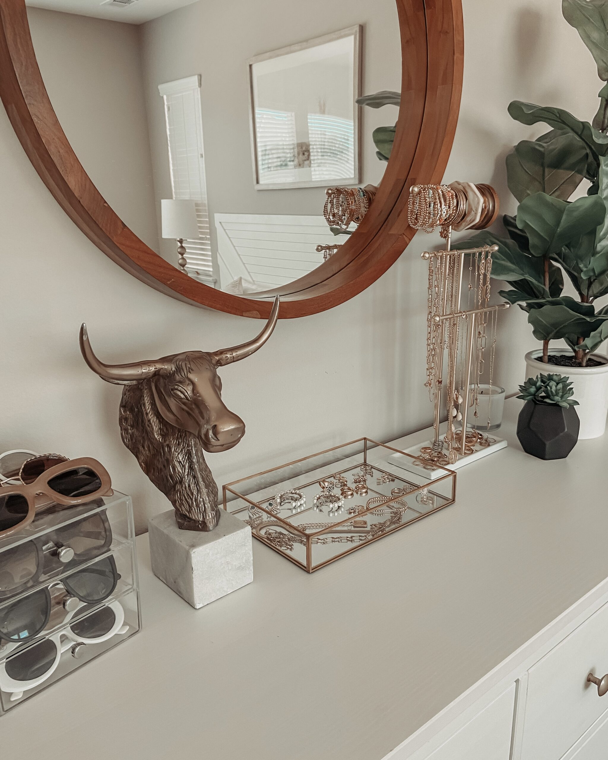 FAVORITE ORGANIZATIONAL FINDS- Jaclyn De Leon Style: Sharing all my favorite organizational pieces to help you get organized. Love my jewelry display + sunglasses organizer. Jewelry drawer organizers + bath caddy organizer + more