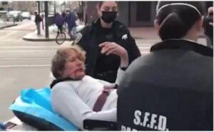 种族主义者袭击者躺在担架上