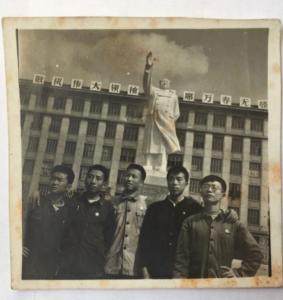 文革期间,胡平(左二)和成都十九中同学合影