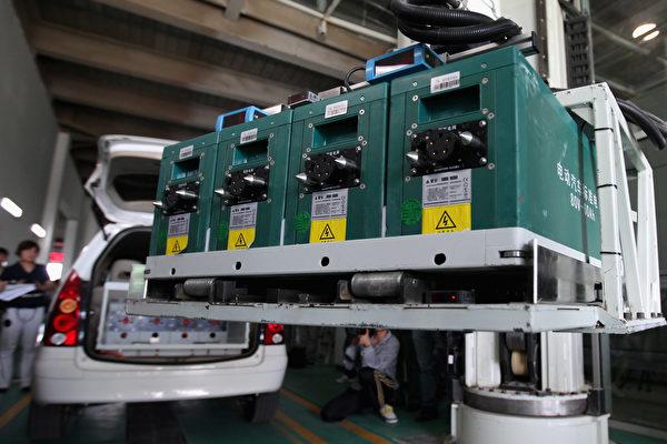 中国新能源汽车量已占据全球生产量的一半,然而体积庞大的新能源汽车动力电池会对环境造成的严重污染。图为北京的中国最大电动汽车电池充电站。(Feng Li/Getty Images)