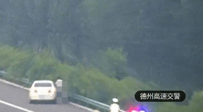 高速路上惊见裸女打架 引交通混乱