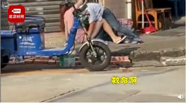广东男子当街扑倒正妹,脱去内裤就要强奸