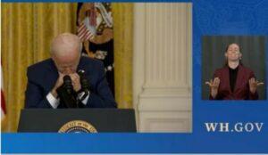 拜登在为自己辩护时睡着了?!看美国垄断资本推出的老懵懂总统,忽然有种天下乌鸦一般黑的感觉