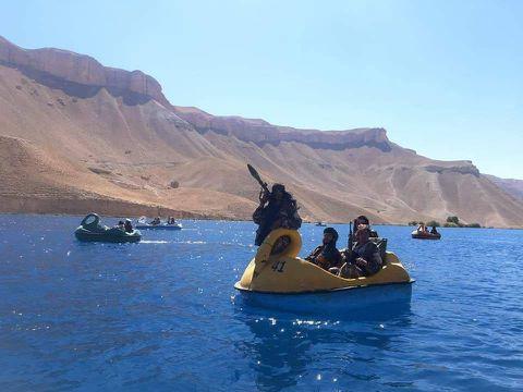 塔利班坐船游湖照片疯传 一个细节遭网友群嘲