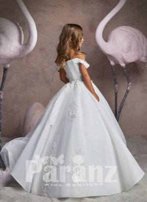 OFF-SHOULDER STYLE LONG TRAIL TULLE SKIRT DRESS WITH FREQUENT APPLIQUÉS ALL OVER SIDE VIEW