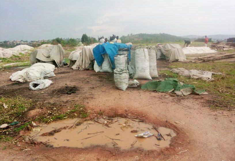 Nyanza: Abacuruza amakara ntibumva ukuntu bimuriwe ahadasakaye kandi basora