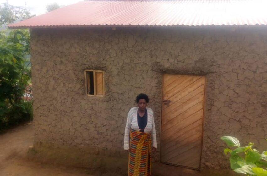 Gicumbi: Umugore uvuga ko umugabo yamutaye bapfa gusenga abaturanyi bamwubakiye icumbi