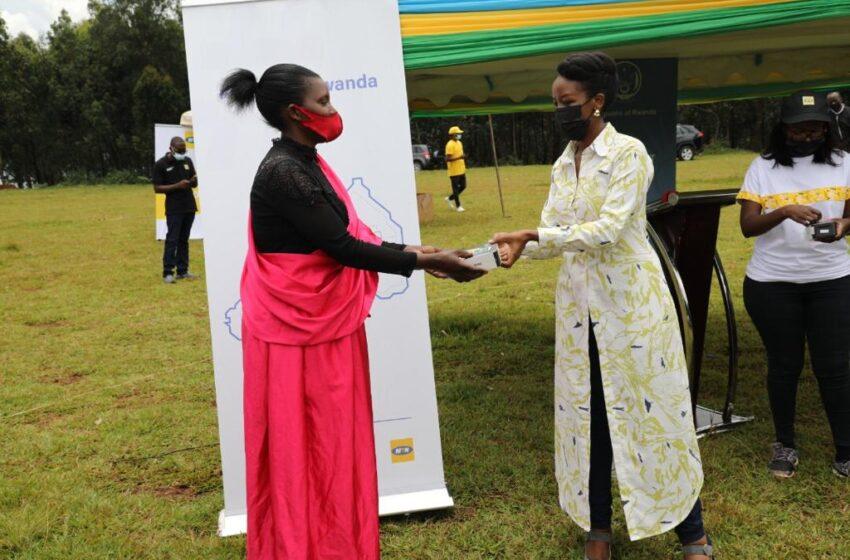 Nyamasheke: Abagore bafasha abandi guhindura imyumvire mu buhinzi bahawe telefoni zigezweho