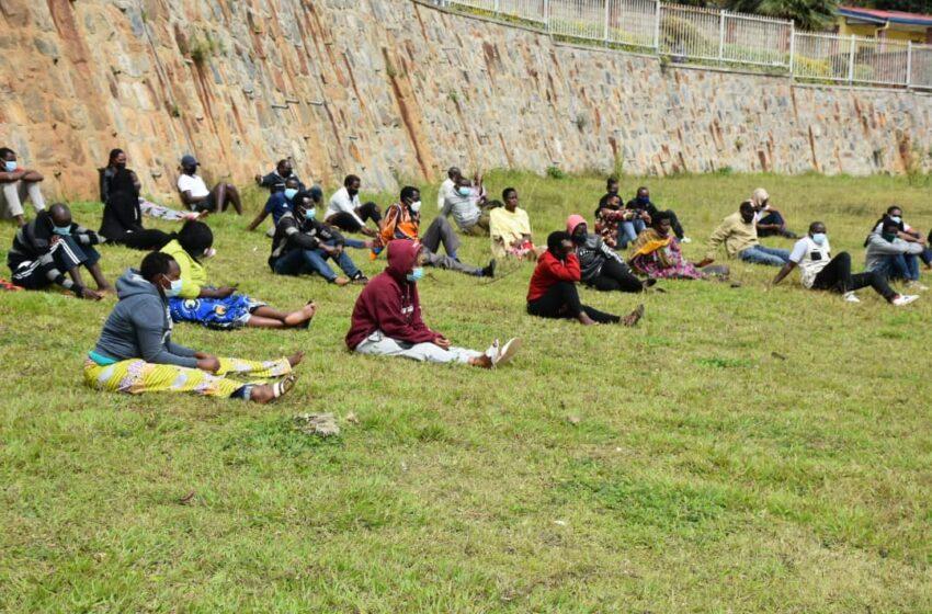 Karongi: Bafashwe batambaye agapfukamunwa bavuga ko aho kukambara bakwemera gupfa