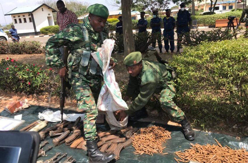 AMAFOTO: U Rwanda rwasubije u Burundi abarwanyi 19 ba RED Tabara bafatiwe ku butaka bwarwo