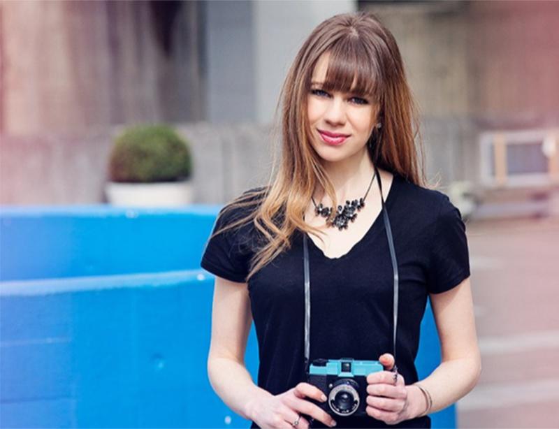 Fotografos produzem fotos especiais para utilização no Tinder. A intenção é garantir mais atenção aos seus clientes solteiros. | Foto: Saturday Night's Alright