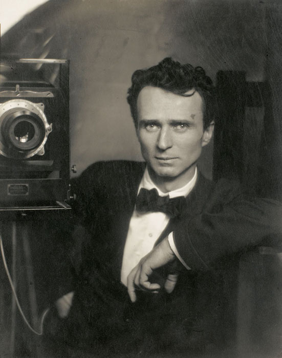 O fotógrafo americano- luxemburguês Edward Jean Steichen em um retrato de 1917.