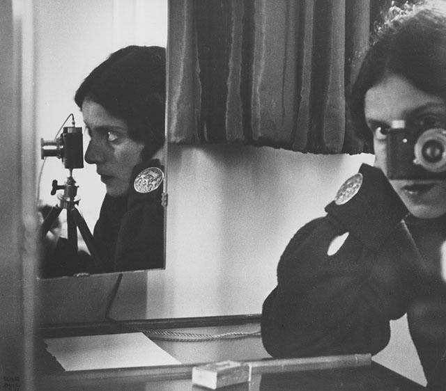 A fotógrafa Ilse Bing usou uma câmera Leica para este autorretrato em 1931.
