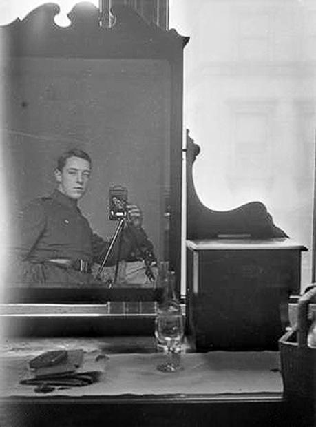Em 1917, o ás da aviação australiana, Thomas Baker, tirou esta foto. Ele tinha 20 anos de idade. Baker está usando uma câmera Kodak Eastman.