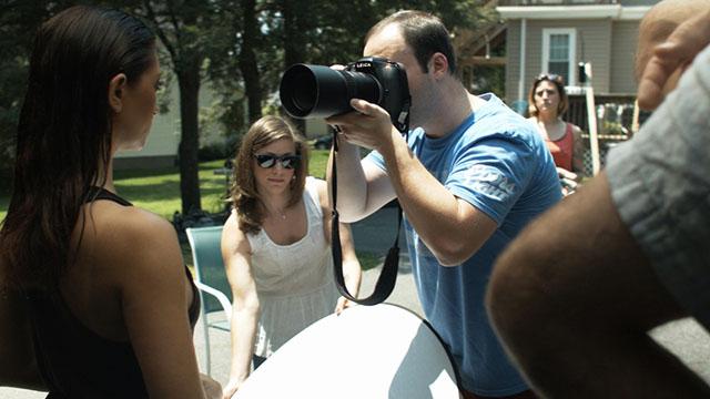Jeremy fotografando com ajuda de assistente
