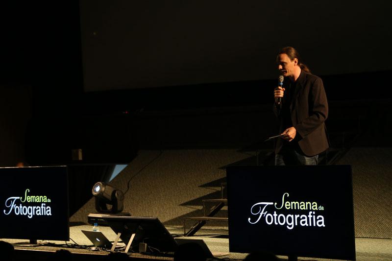 Altair Hoppe, criador da Semana da Fotografia, dá início ao congresso.