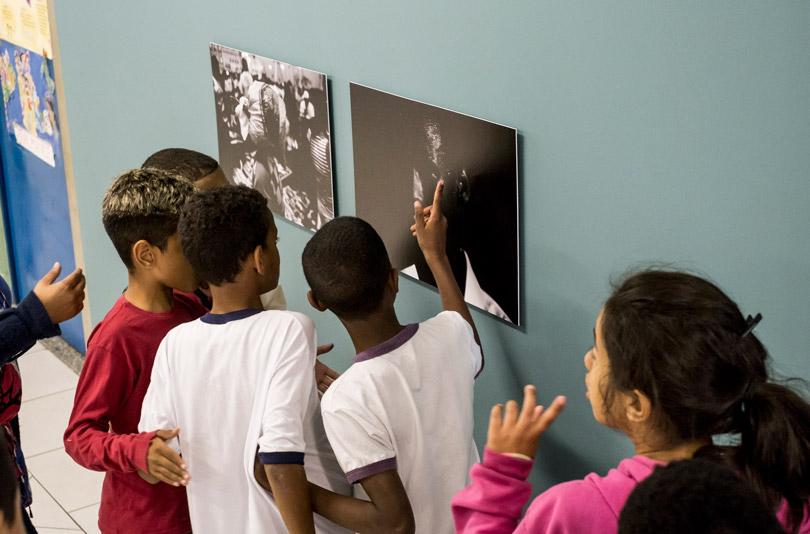 Alunos na abertura da exposição de Daniel Kfouri