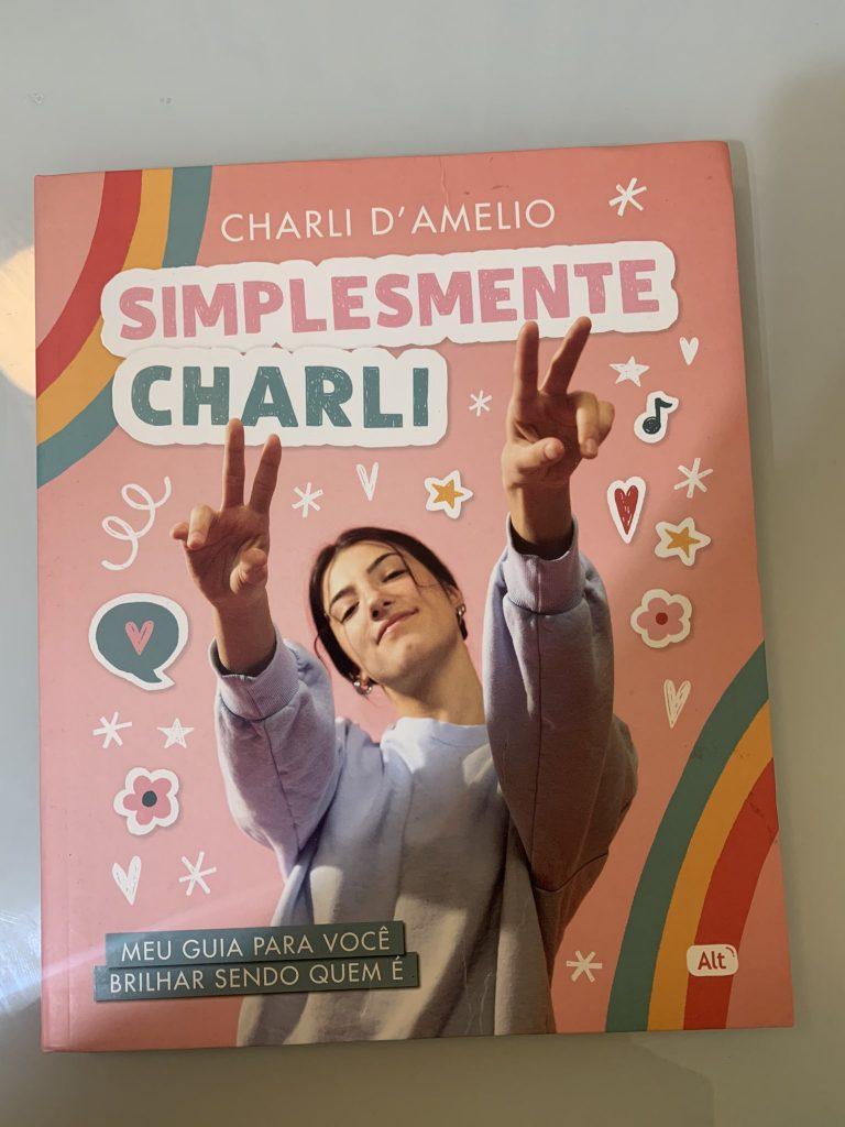 """Fotógrafo diz que Charli D'Amelio, famosa TikToker, roubou suas fotos para usar em livro """"Simplemente Charli"""""""