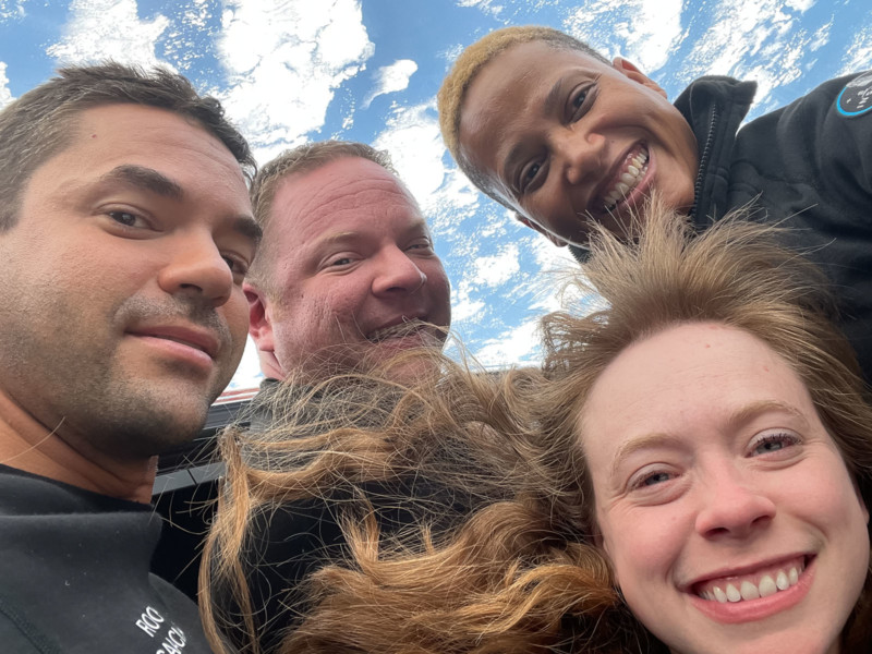 Uma selfie histórica! Primeira tripulação civil tira foto do espaço