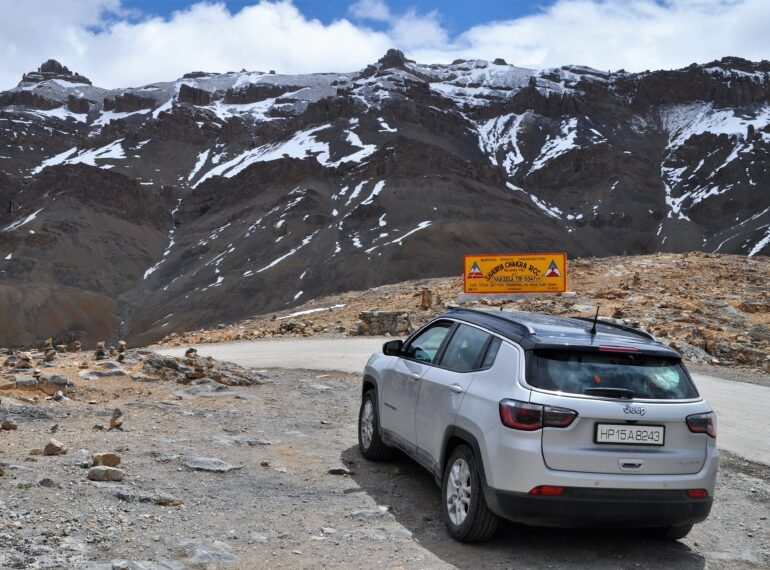 hire a taxi from srinagar to leh