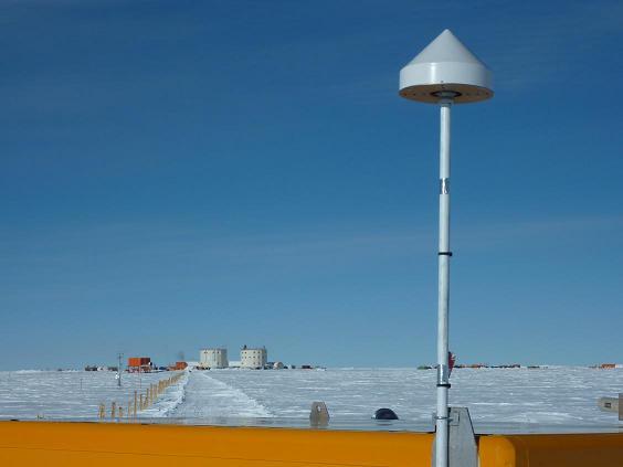Altra installazione dei ricevitori GNSS per studi ionosferici effettuate dall'INGV presso la stazione Concordia sul plateau antartico. Foto del Programma Nazionale di Ricerca in Antartide