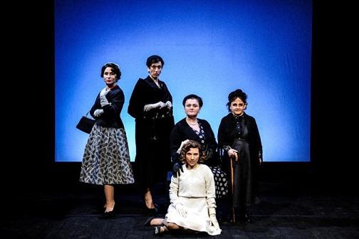 Foto di scean: Interno Familiare; regia di Paolo Coletta. Foto di Marco Ghidelli