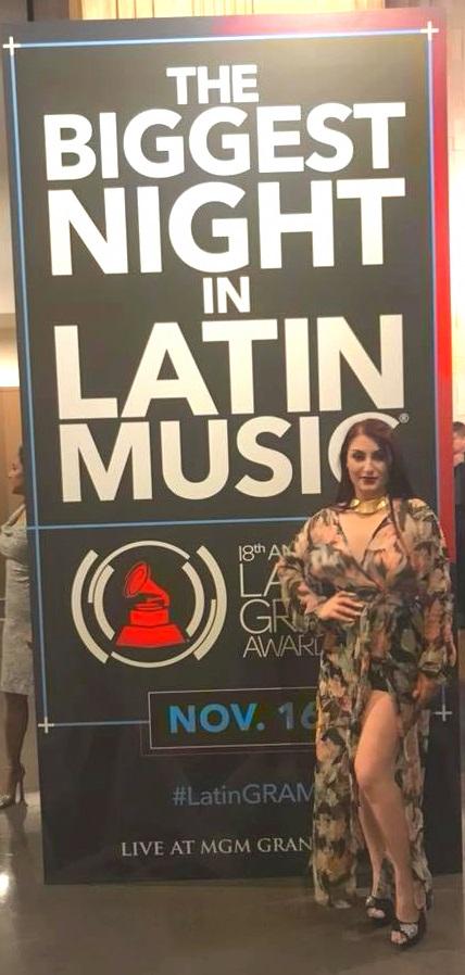 Viola Emmanuela ceccarini at the entrance of the Latin Grammys