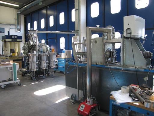 Figura 2. Il Laboratorio Alte Pressioni - Alte Temperature di Geofisica e Vulcanologia Sperimentali dell'INGV di Roma. In primo piano l'apparato sperimentale SHIVA