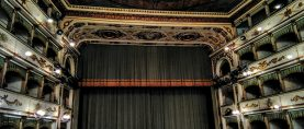 Paillettes, paparazzi e cubiste … La (nuova) Traviata