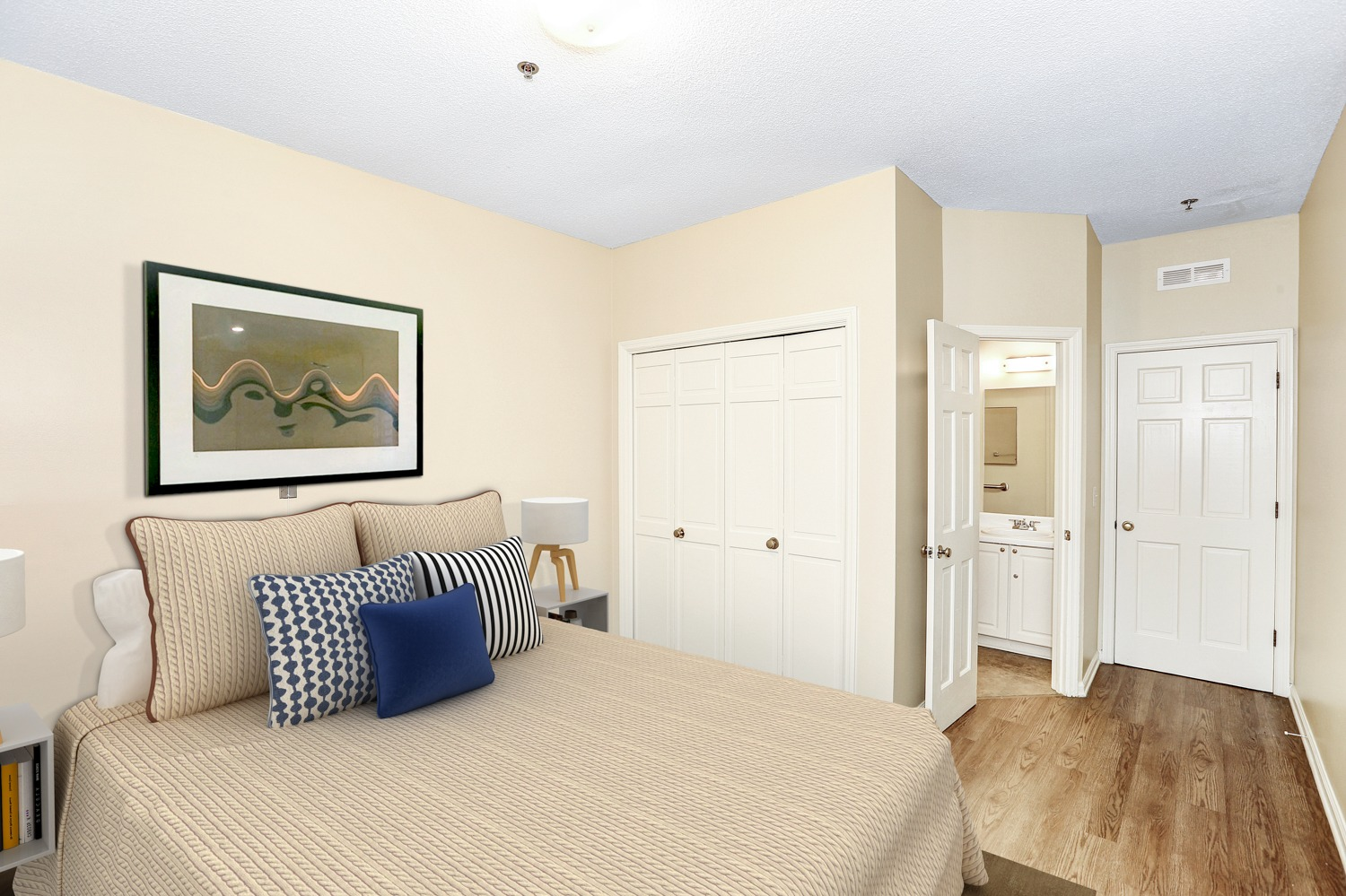 Country Cottages Hoover - Resident bedroom