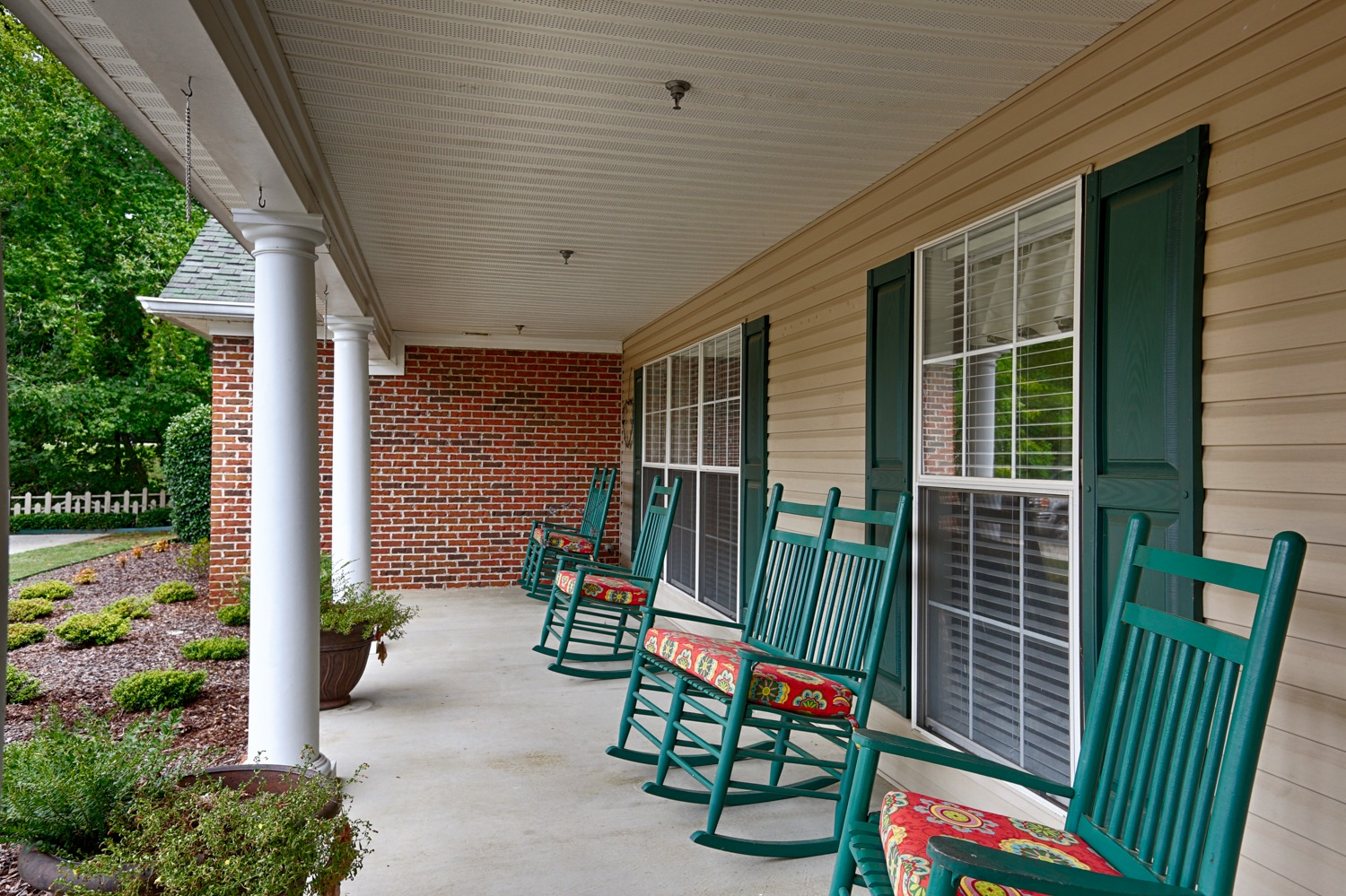 Country Cottage Russellville - Front porch with rocking chairs