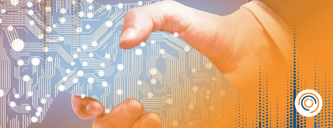 Aperto de mão entre humano e uma de uma representação da tecnologia simbolizando a transformação digital