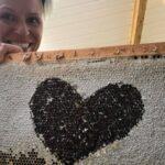 Sophie Roy en travail sur une partie de la ruche.