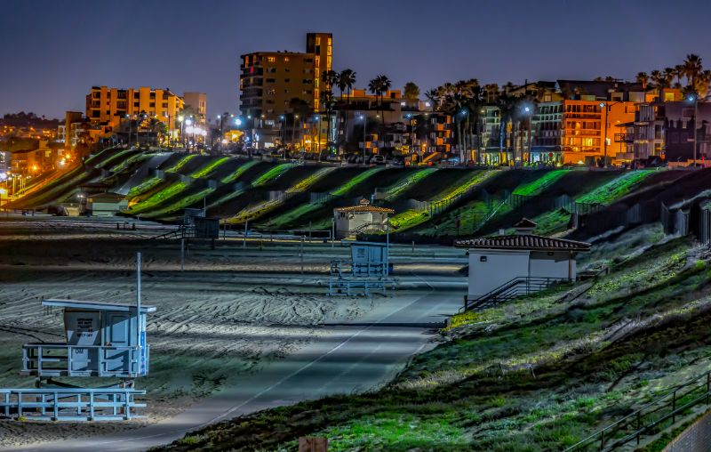 Buying a vacation home in Redondo Beach_strand at night