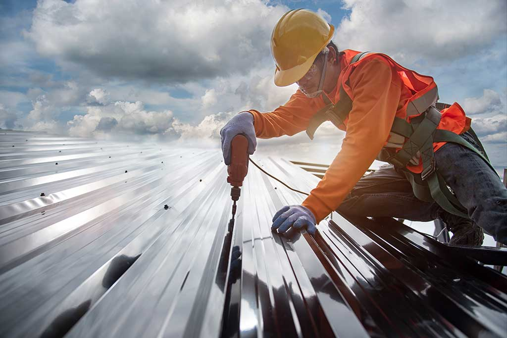 Commercial-roofing-contractor-installing-metal-roof
