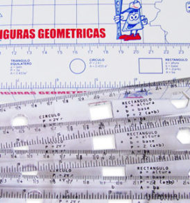Regla de plástico con figuras geométricas