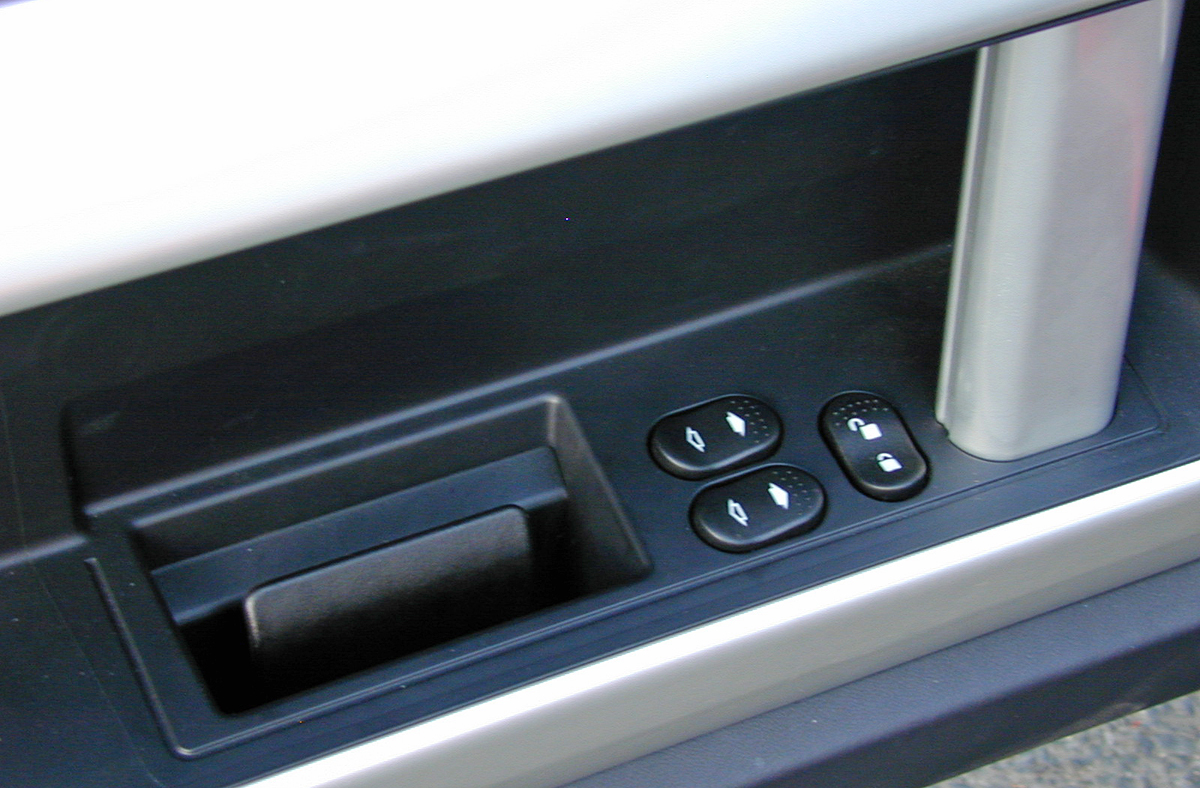2005 Ford GT Door Controls