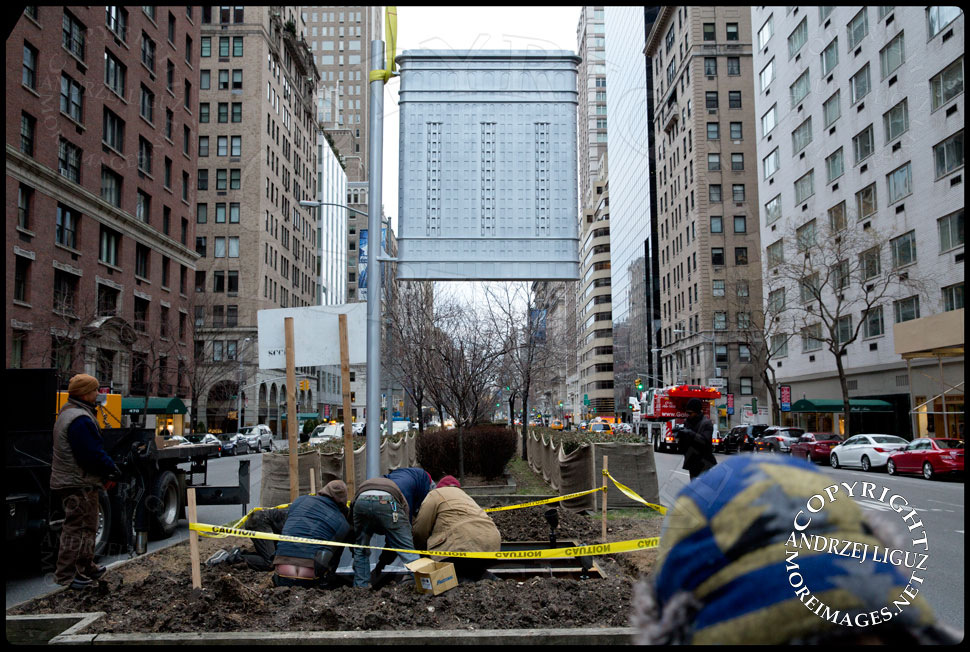 Bolting the 'Flatiron' sculpture into position at 61st St and Park Avenue © Andrzej Liguz/moreimages.net. Not to be used without permission