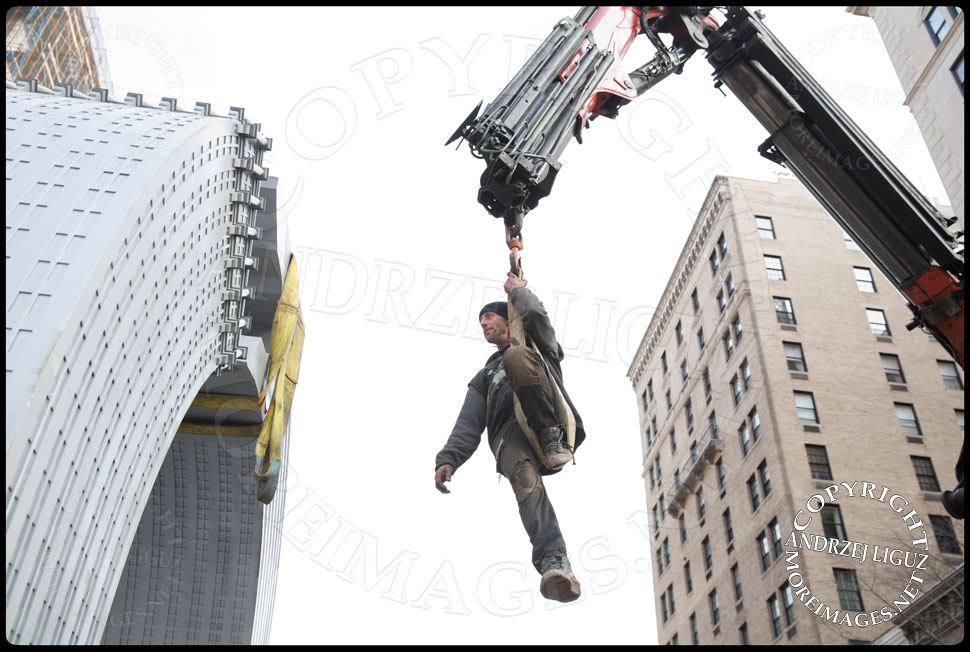 Shane riding the crane above the 'Helmsley' sculpture at 65th St and Park Avenue to remove the straps © Andrzej Liguz/moreimages.net. Not to be used without permission