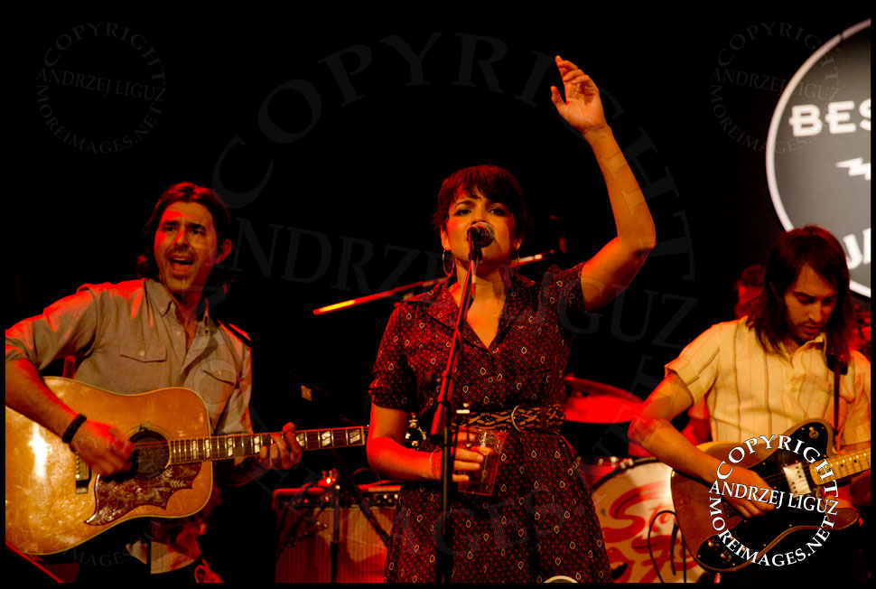 Alex Levy, Norah Jones and Jason Roberts performing Salt Of The Earth © Andrzej Liguz/moreimages.net. Not to be used without permission