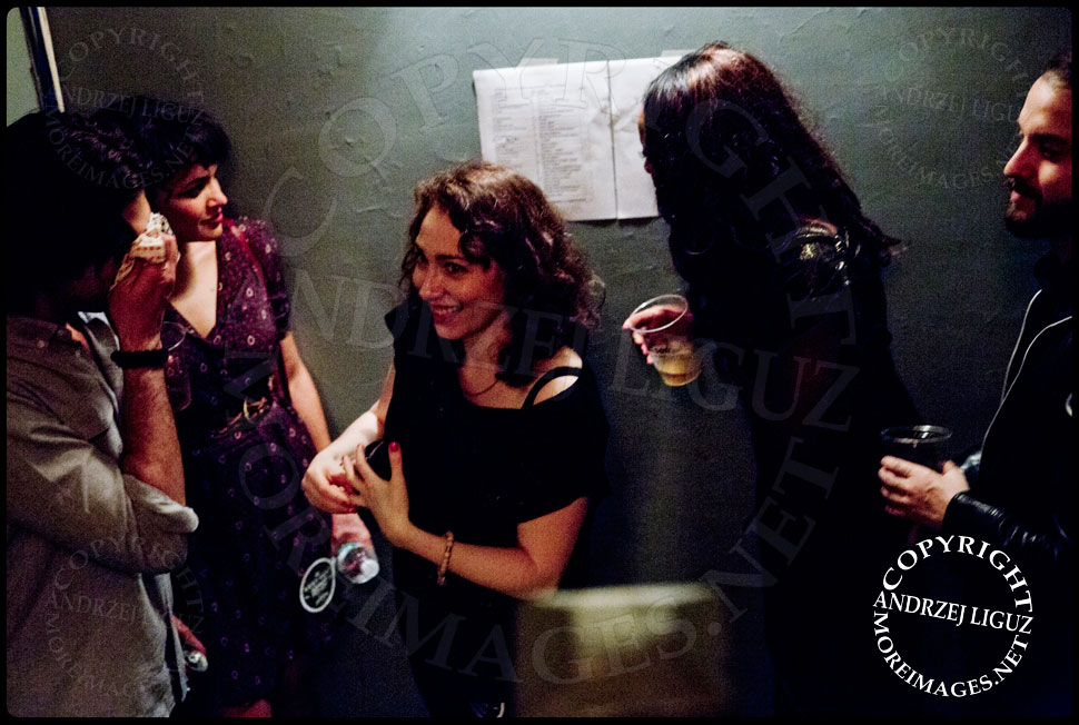 Norah Jones and Regina Spektor catching up backstage © Andrzej Liguz/moreimages.net. Not to be used without permission