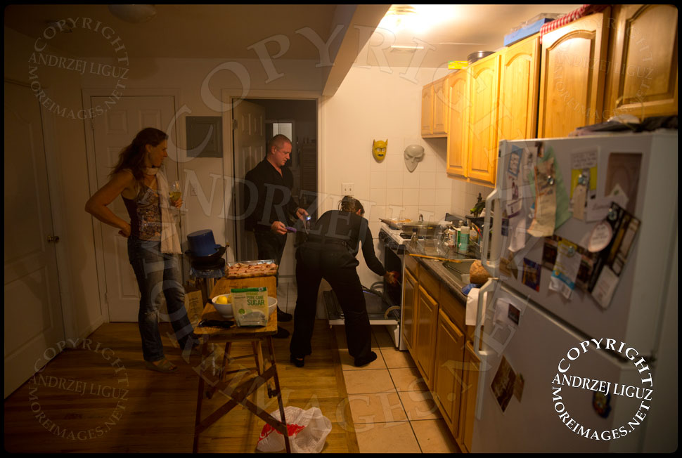Gary tries to clean the oven after Gabrielle spilled some food in there © Andrzej Liguz/moreimages.net. Not to be used without permission