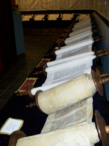 800px-Entire_Tanakh_scroll_set