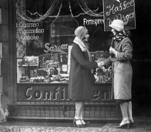 Kundinnen vor einem Tante-Emma-Laden vor 1933