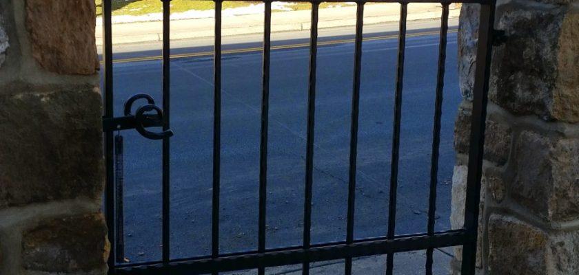 EG5 Hammered Iron Bar Single Gate