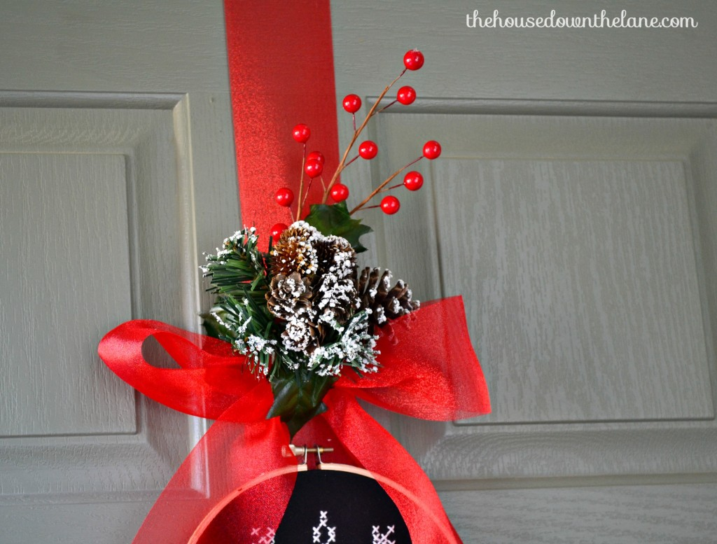 It's Day 4 of the Holiday Craft Party and the project of the day is wreaths! My contribution is a DIY Snowflake Door Hanger with Embroidery Hoops!   The House Down the Lane