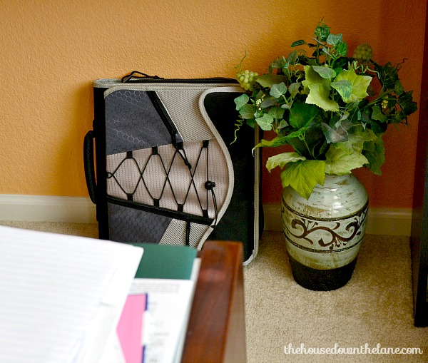What if I said I'd found a way to turn sitting in the car, waiting for the kiddos time into to-do list butt-kicking, getting-all-the-things done-time? Time to Get More Done with a Mobile Office! | The House Down the Lane