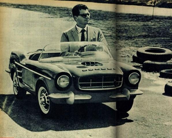 """Expedito """"testando"""" um Gurgel Jr. para a revista Quatro Rodas, em 1963. Foto Acervo Marazzi / Reprodução / Motostory"""